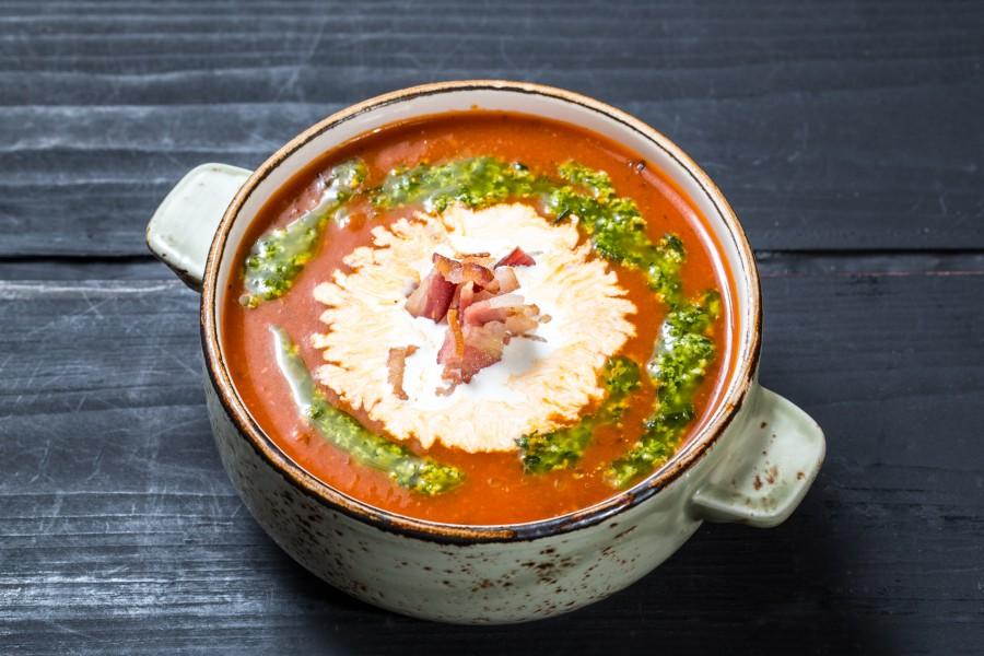 Томатный суп с соусом «Песто» и копченым мясом