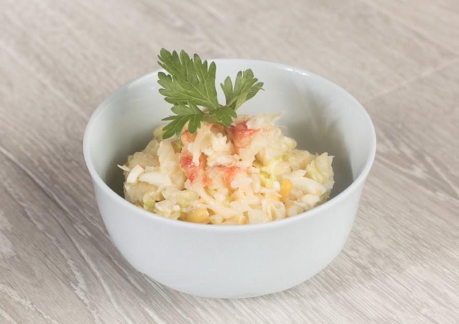 Хрустящие листья салатас крабом, рисом, яйцом и зернами кукурузки