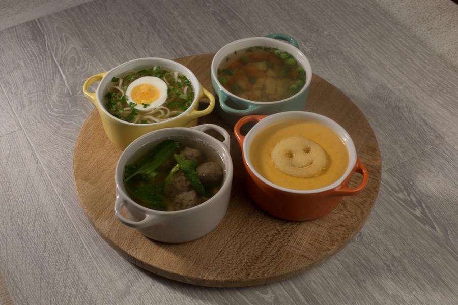 Суп с мясными фрикадельками, шпинатом, рисом и зернами кукурузки