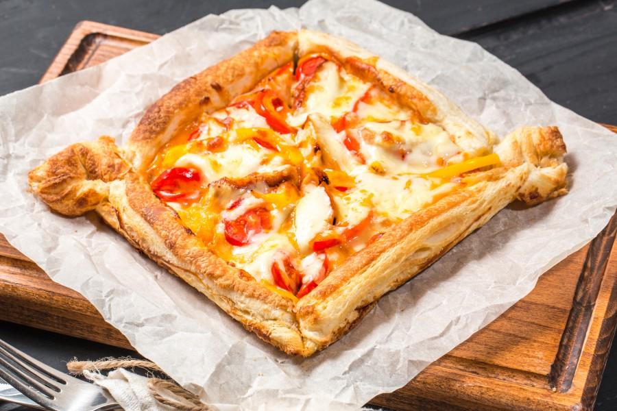 Мини-пицца с курицей и сладким перцем с соусом 1000 островов