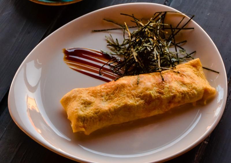 Омлет с листьями шпината, помидорами черри и сыром Фета
