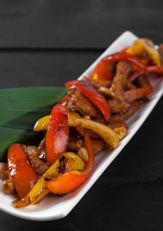 Кусочки куриного филе в «Терияки» с перцами и орешками кешью