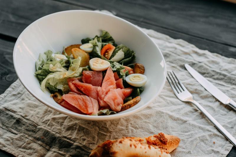 """Салат """"Нисуаз"""" из тунца, перепелиных яиц, стручковой фасоли, запеченного картофеля с помидорами """"Черри"""" и хрустящими листьями салата  350г /450р"""
