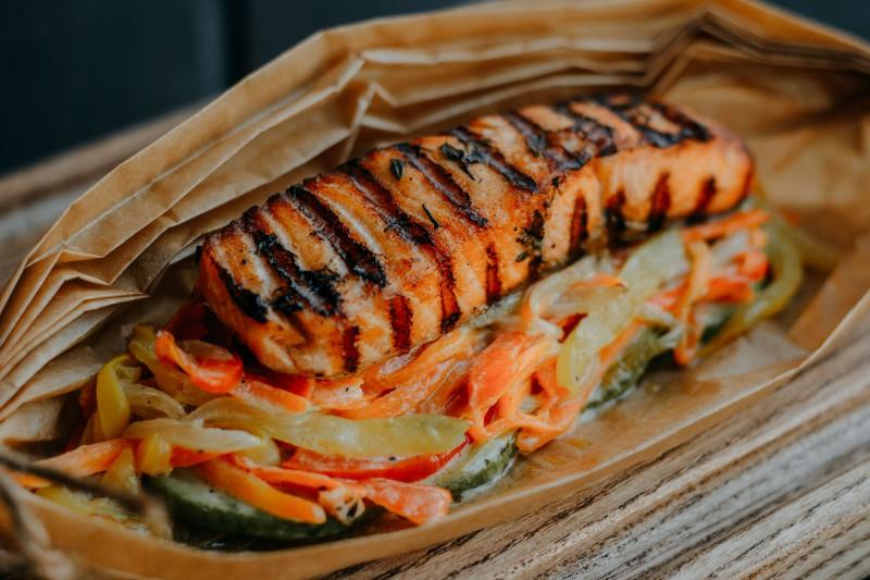 Запеченный в пергаменте лосось с цукини, сладким перцем и морковью