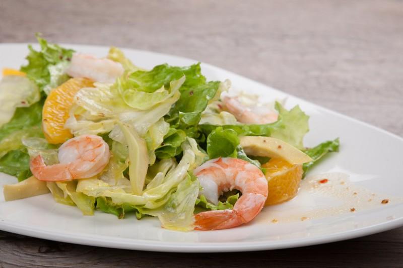 """Цитрусовый с отварными креветками и спелым авокадо, листьями салата """"Айсберг"""" и """"Фризе"""""""