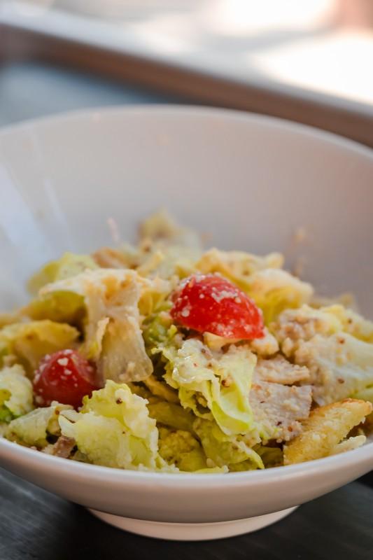 Филе куриной грудки с листьями салата, сыром «Пармезан» и классическим соусом «Цезарь»