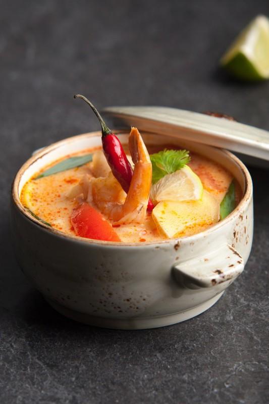 Острый тайский суп с кальмарами и креветками на кокосовом молоке