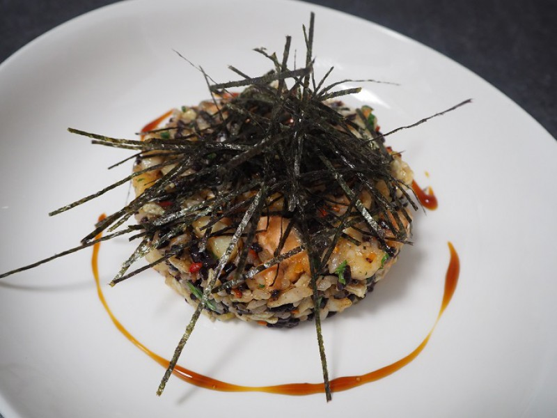 Микс из риса с жаренными морепродуктами, овощами и зеленью