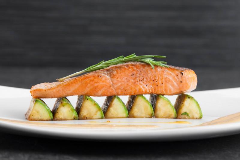 Филе лосося с цукини под ореховым соусом
