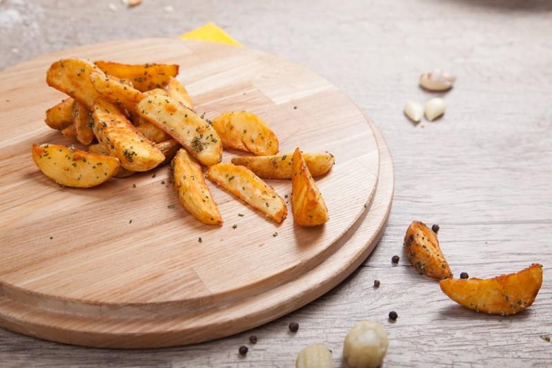 Картофельные дольки с чесноком и розмарином