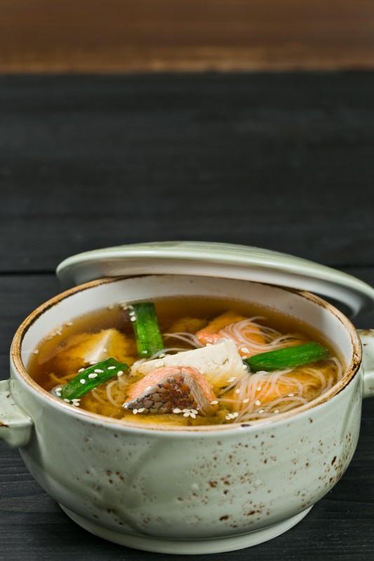 Мисо суп с лососем, рисовой лапшой, тофу и зеленым луком