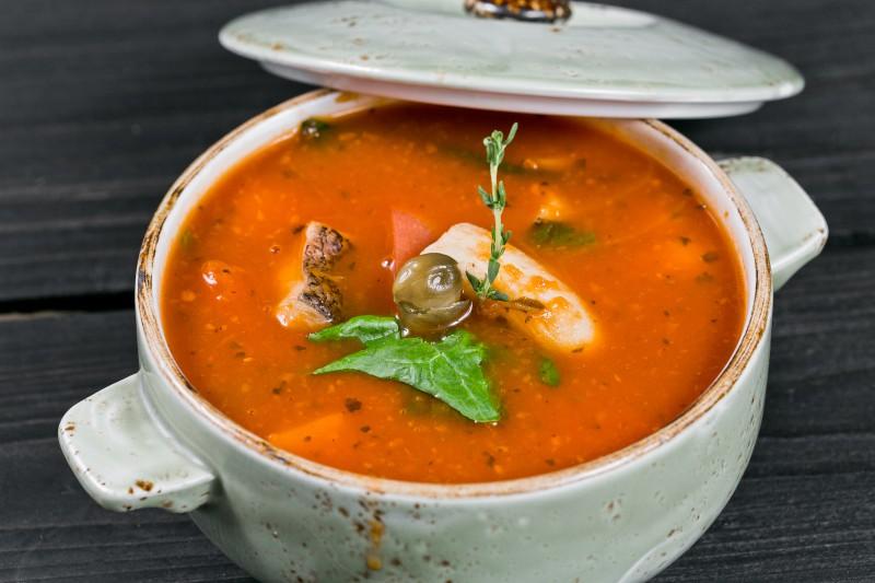 Густой томатный суп из палтуса с листьями шпината и каперсами