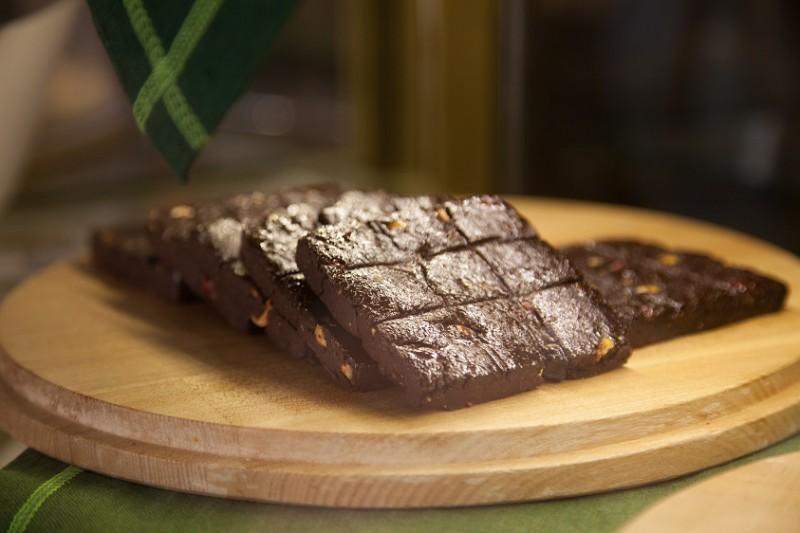 Шоколадное печенье с вишней и лесными орешками