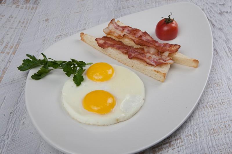Яичница с беконом и тостами