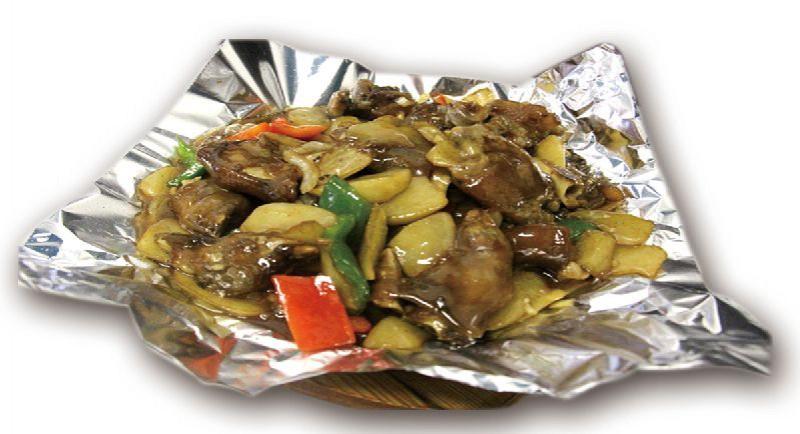 Жареные свиные ножки с картофелем на жаровне