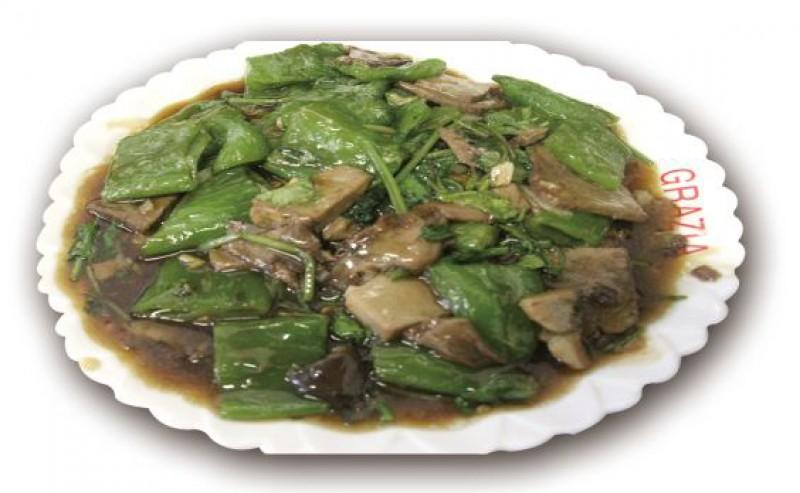 Говядина с зеленым острым перцем, кинзой в соусе