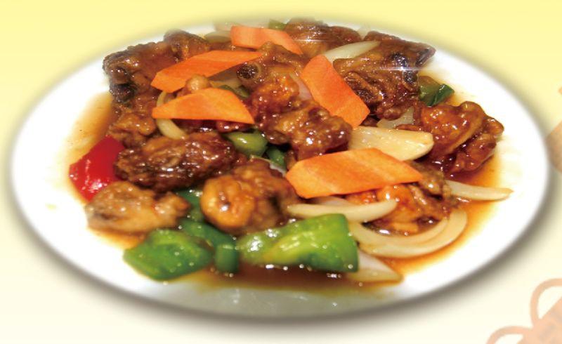 Жареная курица кусочками с овощами в соусе