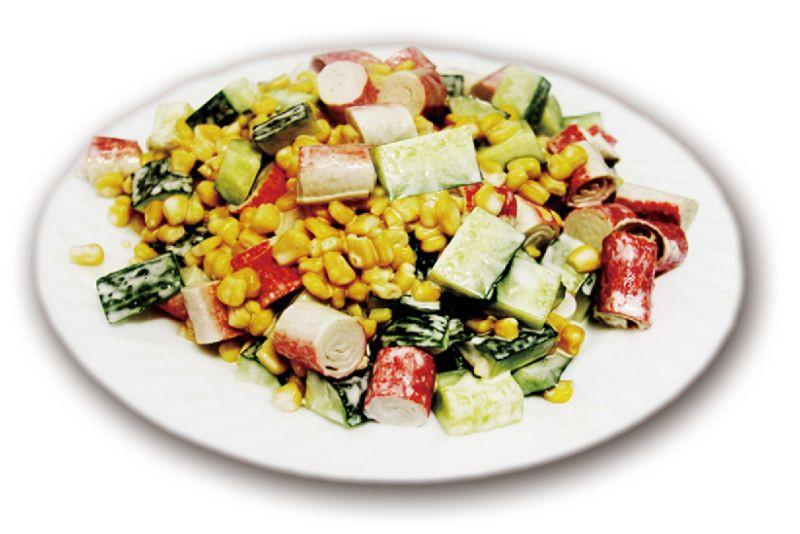 Салат из крабовых палочек, кукурузы, огурцов под майонезом