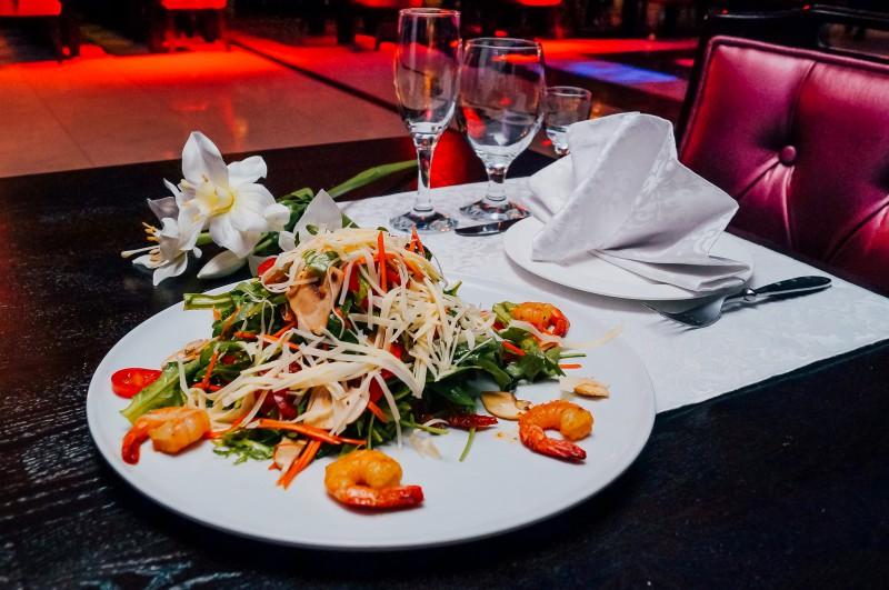 Салат с креветкой и рукколой
