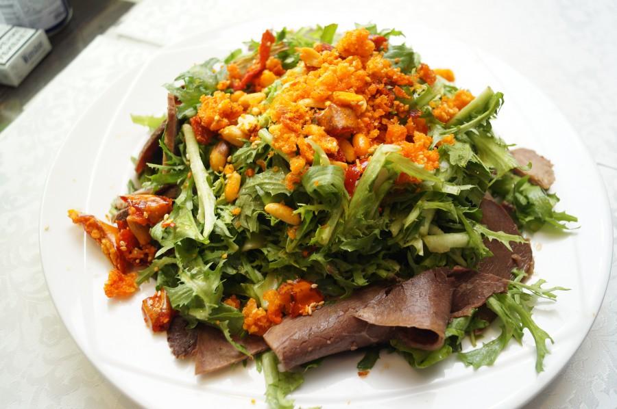 Салат из одуванчиков с говядиной