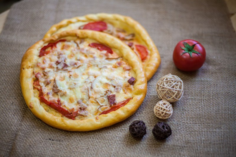 Пицца восточная с колбасой и сыром