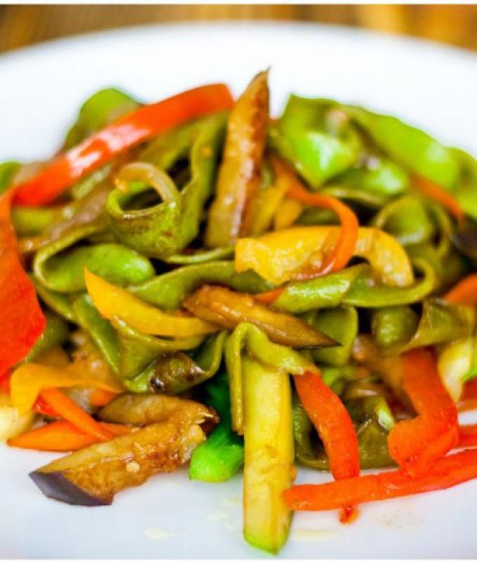 Шпинатная лапша с овощами