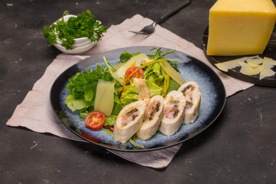 Теплый салат  с куриной грудкой и беконом