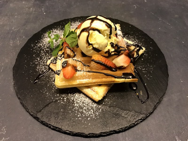 Венская вафля с мороженым и шоколадом