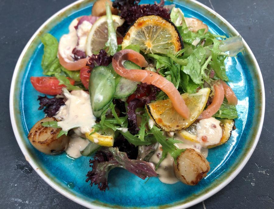 Салат с гребешком и сёмгой
