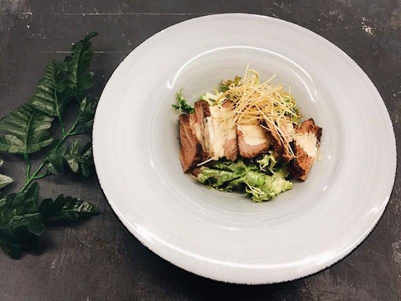 Салат с говядиной и яблочным соусом