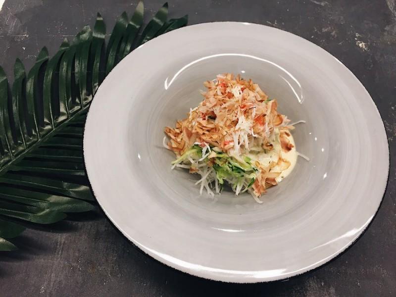 Салат с дайконом, крабом и огурцом