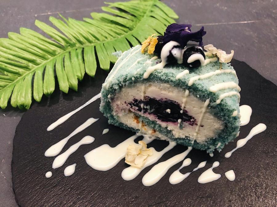 Фиалковый десерт с черникой