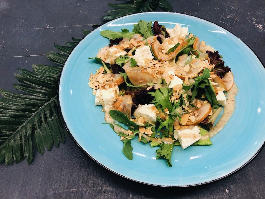 Салат с копченой грушей и рикоттой