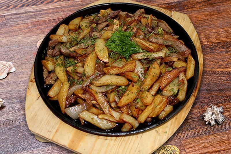 Картофель жареный с грудинкой.
