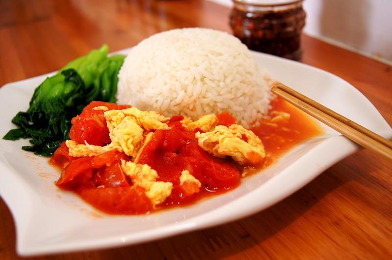 Рис с яйцом и помидорами