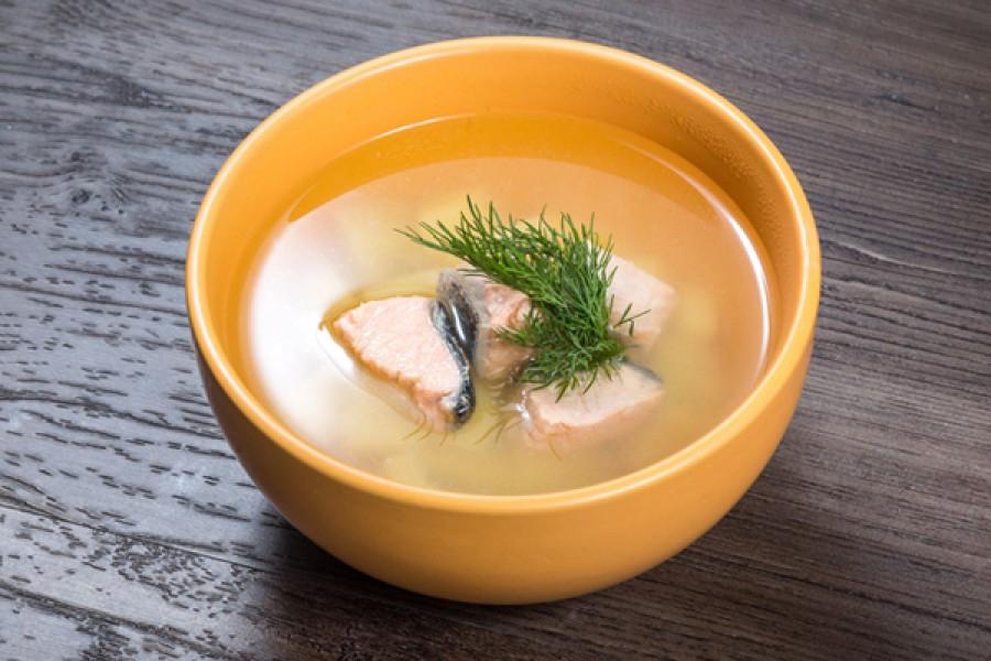 УХА: рыбный бульон, красная рыбка кета, картофель, лук, зелень.